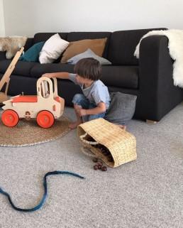 enfant qui joue avec jouet en bois